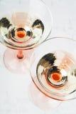 Vin mousseux en deux glaces images stock