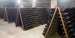 Vin mousseux stockant pour la fermentation secondaire dans la cave photos libres de droits