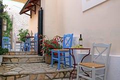 Vin och druvor på tabelltavernaen Parga royaltyfria bilder
