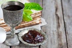 vin och matzoh (judiskt påskhögtidbröd) Arkivbilder