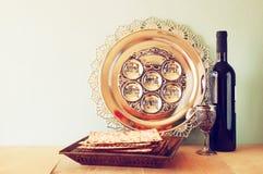 vin och matzoh (judiskt påskhögtidbröd) isolerat över vit royaltyfria bilder