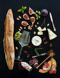Vin- och mellanmåluppsättning Bagett exponeringsglas av vit, fikonträd royaltyfria foton