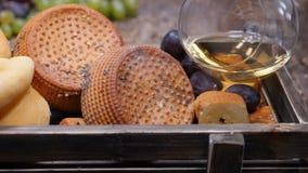 Vin- och ostbegrepp Matkonstbegrepp Ostvänner Variation av ost som förläggas på träbräde med svart bakgrund lager videofilmer