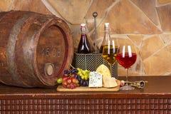Vin, ost, druvor och gammal trätrumma; stilleben Royaltyfri Bild