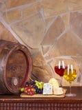 Vin, ost, druvor och gammal trätrumma; stilleben Fotografering för Bildbyråer