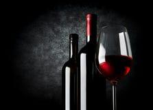 Vin på svart bakgrund arkivbild