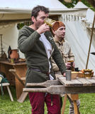 Vin potable d'homme médiéval Photos stock