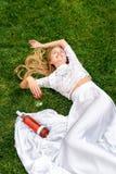 Vin potable de belle femme dehors Portrait de jeune beauté blonde dans les vignobles ayant l'amusement, appréciant un verre de Photos stock