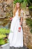 Vin potable de belle femme dehors Portrait de jeune beauté blonde dans les vignobles ayant l'amusement, appréciant un verre de Images libres de droits