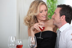 Vin potable de couples Photo stock
