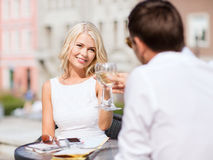 Vin potable de couples en café Photo stock