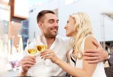 Vin potable de couples heureux au restaurant en plein air Photographie stock libre de droits