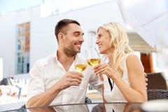 Vin potable de couples heureux au restaurant en plein air Images libres de droits