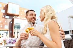 Vin potable de couples heureux au restaurant en plein air Image libre de droits