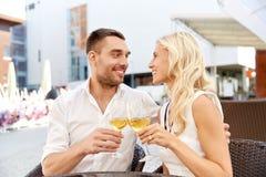 Vin potable de couples heureux au restaurant en plein air Photographie stock