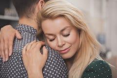 Vin potable de couples heureux ensemble à la maison photographie stock