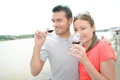 Vin potable de couples par la rivière Image libre de droits