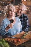 Vin potable de couples supérieurs et cuisson ensemble Photo libre de droits