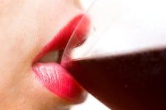 Vin potable de femme Photographie stock libre de droits