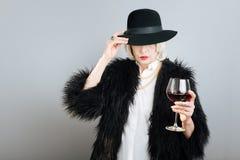 Vin potable de femme supérieure mystérieuse Photos libres de droits