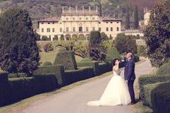 Vin potable de jeunes mariés Photo libre de droits