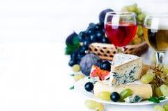 Vin, raisin et fromage au-dessus de blanc photos stock