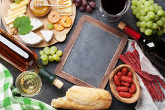 Vin, raisin, fromage et saucisses Photo stock