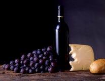 Vin, raisins, fromage et pain photographie stock libre de droits