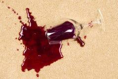 Vin renversé sur le tapis photo stock