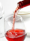 Vin rosé servant Photographie stock libre de droits