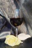 Vin, rose rouges et coeur sur le fond de scintillement Photos stock
