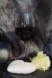 Vin, rose rouges et coeur sur le fond noir de scintillement Image libre de droits