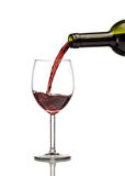 Vin rouge étant versé dans le verre de vin Photographie stock libre de droits