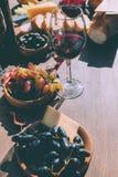 Vin rouge avec de divers casse-croûte image libre de droits