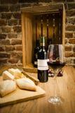 Vin rouge avec du fromage Photographie stock libre de droits