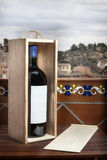 Vin rouge avec le fond de paysage de boîte Photographie stock