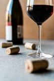 Vin rouge avec les bouchons et la bouteille photographie stock libre de droits