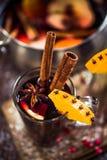 Vin rouge chauffé chaud de fête servant Photos libres de droits