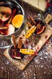 Vin rouge chauffé chaud de fête servant Image stock