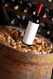 Vin rouge dans la cave images stock