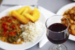 Vin rouge dans le dîner images libres de droits
