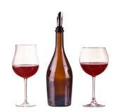 Vin rouge dans une bouteille avec le distributeur et deux verres avec le vin rouge, verre, vin, bouteille d'isolement sur le blan Images stock