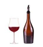Vin rouge dans une bouteille avec le distributeur et le verre avec le vin rouge, verre, vin, bouteille d'isolement sur le blanc Image stock