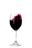 Vin rouge dans une glace de vin d'isolement sur le blanc Image stock