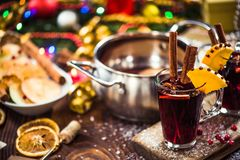 Vin rouge de fête de Noël chaud épicé Photographie stock