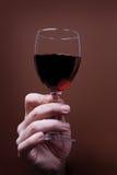 vin rouge de main en verre Photo stock