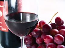 Vin rouge de réserve de Chianti, glace, raisins images stock