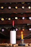 Vin rouge de vintage dans la cave images stock