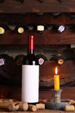 Vin rouge de vintage dans la cave photos stock