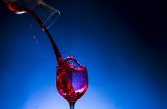 Vin rouge en verre d'éclaboussure Images libres de droits